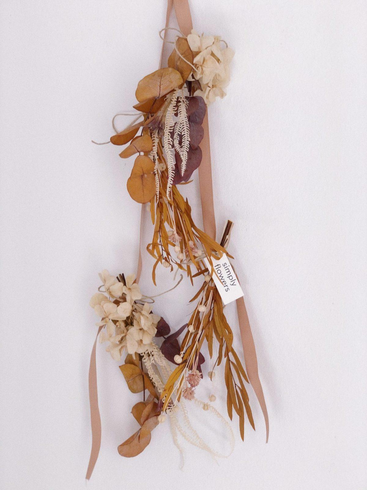 Guirnalda de flores preservadas ocre